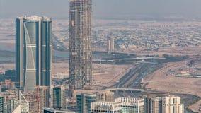 Vista aérea panorámica de las torres de la bahía del negocio en Dubai en la igualación del timelapse metrajes