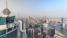 Vista aérea panorámica de las torres de la bahía del negocio en Dubai en la igualación del timelapse almacen de video