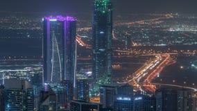 Vista aérea panorámica de las torres de la bahía del negocio en timelapse de la noche de Dubai metrajes