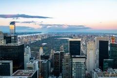 Vista aérea panorámica de Manhattan y del Central Park en la puesta del sol - Nueva York, los E.E.U.U. Imagen de archivo libre de regalías