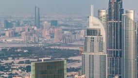 Vista aérea panorámica de torres céntricas de la bahía del negocio en Dubai en la igualación del timelapse metrajes