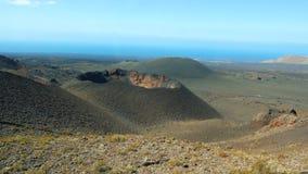 Vista aérea panorámica del cráter del volcán en canario de la isla de Lanzarote almacen de metraje de vídeo