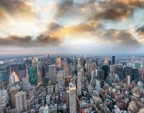 Vista aérea panorámica del horizonte de Manhattan en la puesta del sol, Nueva York, Imagen de archivo libre de regalías