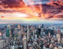 Vista aérea panorámica del horizonte de Manhattan en la puesta del sol, Nueva York, Fotos de archivo