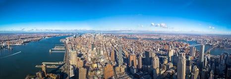 Vista aérea panorámica del horizonte de Manhattan entera con el Hudson y East River - Nueva York, los E.E.U.U. fotografía de archivo libre de regalías