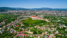 Vista aérea panorámica hermosa al castillo de Palanok en la ciudad de Mukachevo Imagenes de archivo