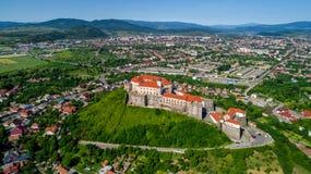 Vista aérea panorámica hermosa al castillo de Palanok en la ciudad de Mukachevo Foto de archivo