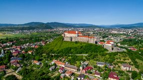Vista aérea panorámica hermosa al castillo de Palanok en la ciudad de Mukachevo Imágenes de archivo libres de regalías