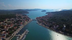 Vista aérea panorâmico à vizinhança de uma cidade croata pitoresca, dividida por um passo e conectada por uma ponte vídeos de arquivo