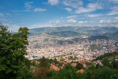 Vista aérea panorâmico de Sarajevo a capital de Bósnia e dela Fotos de Stock