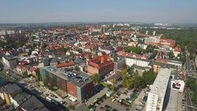 Vista aérea panorâmico do Gliwice - na região de Silesia de Polônia - centro da cidade e quarto velho histórico da cidade vídeos de arquivo