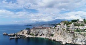 Vista aérea panorâmico do porto marítimo de Cefalu e da costa de mar Tyrrhenian, Sicília, Itália A cidade de Cefalu é um do major vídeos de arquivo