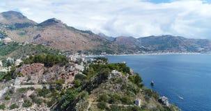 Vista aérea panorâmico do porto marítimo de Cefalu e da costa de mar Tyrrhenian, Sicília, Itália A cidade de Cefalu é um do major filme