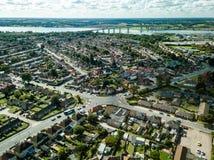 Vista aérea panorâmico vertical de casas suburbanas em Ipswich, Reino Unido Ponte e rio de Orwell no fundo imagem de stock royalty free