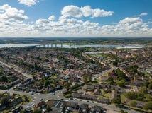 Vista aérea panorâmico vertical de casas suburbanas em Ipswich, Reino Unido Ponte e rio de Orwell no fundo fotos de stock royalty free