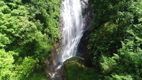 A vista aérea a partir de baixo da cachoeira flui abaixo da inclinação no pico do ` s de Adam em Sri Lanka vídeos de arquivo