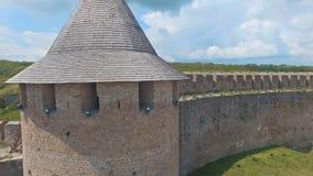 Vista aérea próxima da torre medieval da defesa com fendas filme