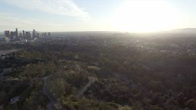 Vista aérea que aumenta altamente acima de Los Angeles no por do sol filme