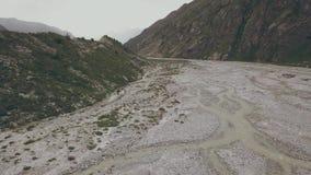 Vista aérea que caminha os povos que viajam no rio da montanha do fundo Caminhando a excursão video estoque