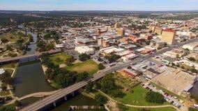 Vista aérea que move-se sobre o rio em San do centro Angelo West Texas filme