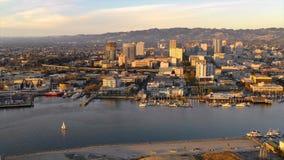 Vista aérea que olha ocidental na skyline do centro da cidade de Oakland Califórnia video estoque