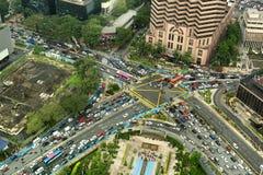 Vista aérea que olha para baixo na interseção muito ocupada com trânsito intenso foto de stock