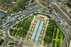 Vista aérea que olha para baixo na interseção muito ocupada com trânsito intenso imagem de stock