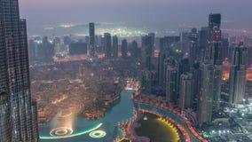 Vista aérea que sorprende de la noche céntrica de los rascacielos de Dubai al timelapse del día, Dubai, United Arab Emirates almacen de metraje de vídeo