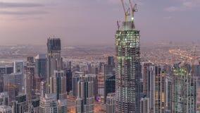 Vista aérea que sorprende de la noche céntrica de los rascacielos de Dubai al timelapse del día, Dubai, United Arab Emirates almacen de video