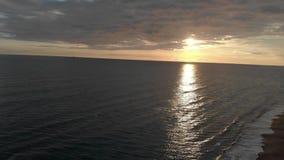 Vista aérea - retorno do mar com crepúsculo maravilhoso e das ondas que deixam de funcionar na costa vídeos de arquivo