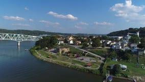 Vista aérea reversa de levantamiento de Monaca Pennsylvania y del río Ohio metrajes