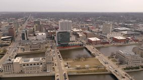 Vista aérea skyline da cidade de Pan Cedar Rapids Iowa Riverfront Downtown de 180 graus filme