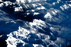 Vista aérea sobre as montanhas rochosas do avião Fotos de Stock