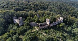 Vista aérea, sobre as ruínas do castelo do hob em Szaszkezd, a Transilvânia, Romênia fotos de stock royalty free