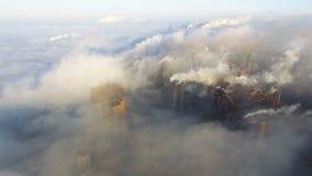 Vista aérea sobre a cidade industrializada poluição da planta metalúrgica Fumo e poluição atmosférica sujos das tubulações do aço vídeos de arquivo