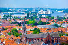 Vista aérea sobre a cidade velha com turbina eólica e a fábrica fotografia de stock
