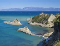 Vista aérea sobre da baía vulcânica branca do penhasco íngreme da rocha da área do cabo Drastis e do Peroulades com turquesa prof fotos de stock royalty free