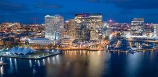 Vista aérea sobre da skyline do centro da cidade de Baltimore o porto interno imagem de stock
