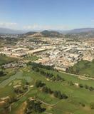 Vista aérea sobre Kelowna BC com os jogadores de golfe no primeiro plano imagens de stock royalty free