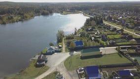 Vista aérea sobre muitos lagos pequenos, igreja e vila Opinião aérea da skyline da arquitetura da cidade do golfo da cidade e do  vídeos de arquivo