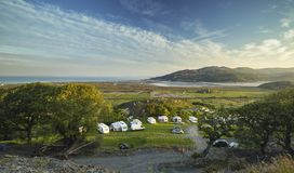 Vista aérea sobre o acampamento litoral em Barmouth imagem de stock royalty free
