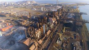 Vista aérea sobre o fumo e a poluição atmosférica sujos das tubulações da fábrica de aço e dos alto-fornos cidade industrializada filme
