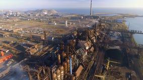 Vista aérea sobre o fumo e a poluição atmosférica sujos das tubulações da fábrica de aço e dos alto-fornos cidade industrializada video estoque