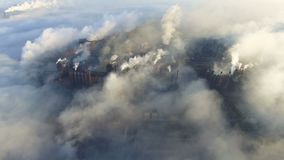 Vista aérea sobre o fumo e a poluição atmosférica sujos das tubulações da fábrica de aço e dos alto-fornos cidade industrializada vídeos de arquivo