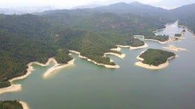 Vista aérea sobre o reservatório de Hong Kong Tai Lam Chung sob o tempo do smokey filme