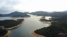 Vista aérea sobre o reservatório de Hong Kong Tai Lam Chung sob o tempo do smokey vídeos de arquivo