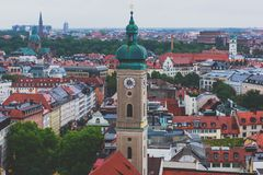 Vista aérea soleada granangular estupenda hermosa de Munich, Baviera, Baviera, Alemania con horizonte y paisaje más allá de la ci fotografía de archivo