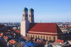 Vista aérea soleada granangular estupenda hermosa de Munich, Baviera, Baviera, Alemania con horizonte y paisaje más allá de la ci Fotos de archivo