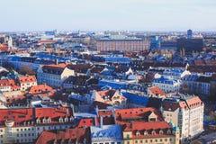 Vista aérea soleada granangular estupenda hermosa de Munich, Baviera, Baviera, Alemania con horizonte y paisaje más allá de la ci Imágenes de archivo libres de regalías