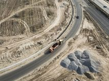 A vista aérea superior da máquina escavadora industrial pôs o asfalto na trilha do descarregador para reparar a estrada f imagens de stock